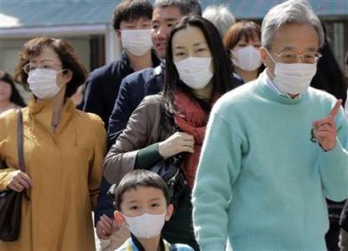 Allerjiden korunmak için maske takan Japonlar