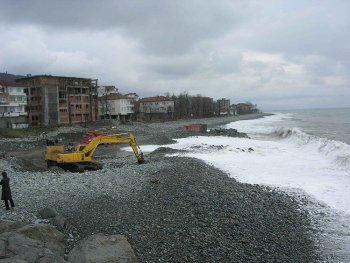 Karadeniz Otoyolu çalışmaları sırasında kıyı dolgu çalışması