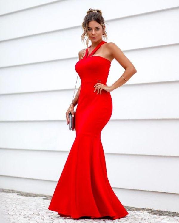 Vestido vermelho colado longo.