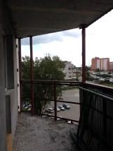Вид из окна. Парковка и простор.