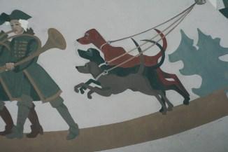 Посреди дороги стоит беседка в античном стиле. А внутри беседки супер роспись на потолке)))