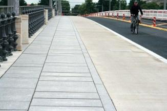 Ремонтируют дорогу. Три полосы: слева для пешеходов, справа для авто, а посерединке для велосипедистов)