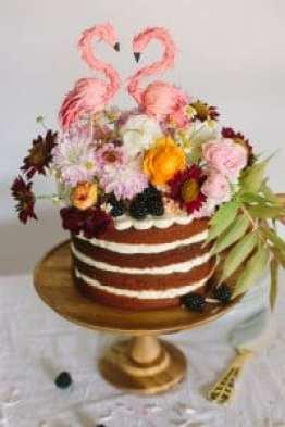 Poročna toorta okrašena s pravim cvetjem