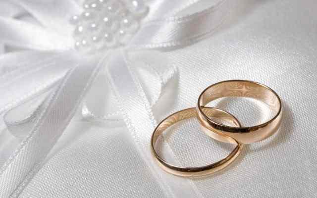 Poročni prstan je že več desetletij najbolj priljubljen v klasični zlati barvi.