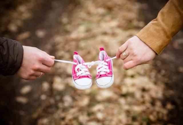 inovativna-nosecniska-fotografija-vkljucenost-rekvizitov-copatki