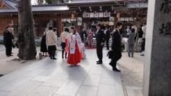 En miko-prästinna vid ett japansk bröllop