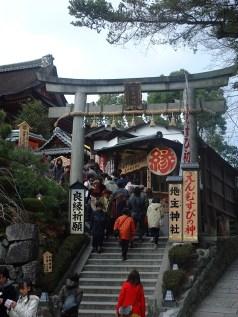 En torii-port i sten i Kyoto