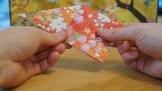 2.Veckla ut tillbaka till en stor triangel och ta tag i ena hörnet på insidan och vik ner till en fyrkant.