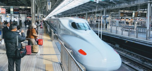 Shinkansen-tåget, även kallat bullet train, på en perrong i Osaka
