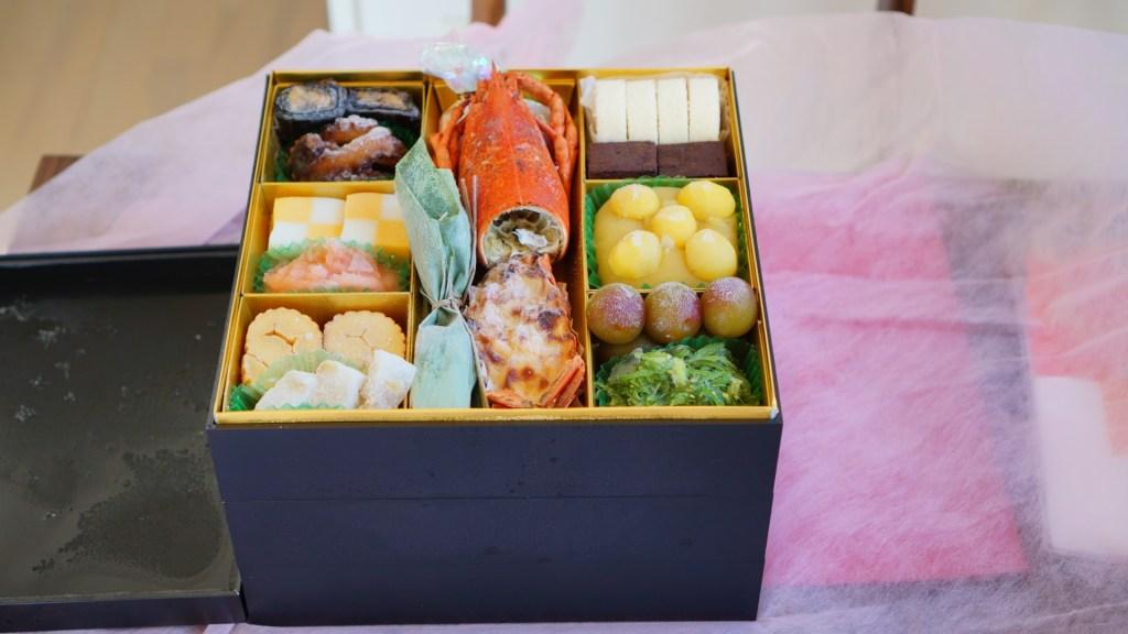 Översta lagret av en osechi bento-låda