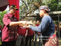 Penyerahan Piala Raja dari prajurit kepada perwakilan Kraton
