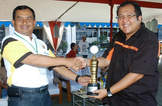 Mr Baim (kanan) ketika menerima trofi atas kemenangan AM Raja Langit di Kapolda Jatim Cup (2011).