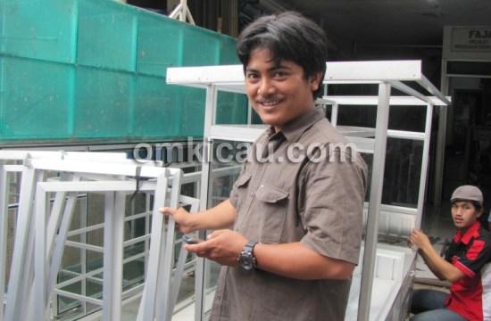 Om Wahidin, spesialis pembuatan kandang penangkaran berbahan alumunium.
