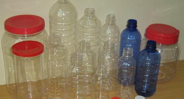 Aneka macam botol bekas minuman yang bisa digunakan sebagai tempat pakan dan minum burung peliharaan