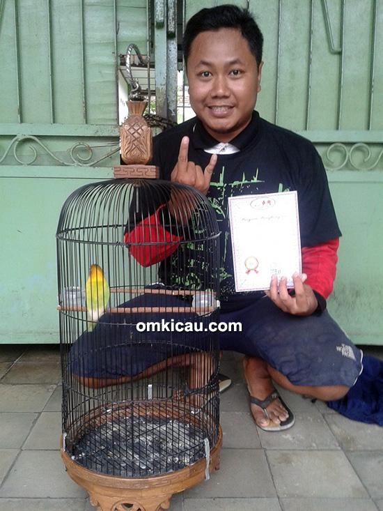Om Debi DKD bersama lovebird Waljinah