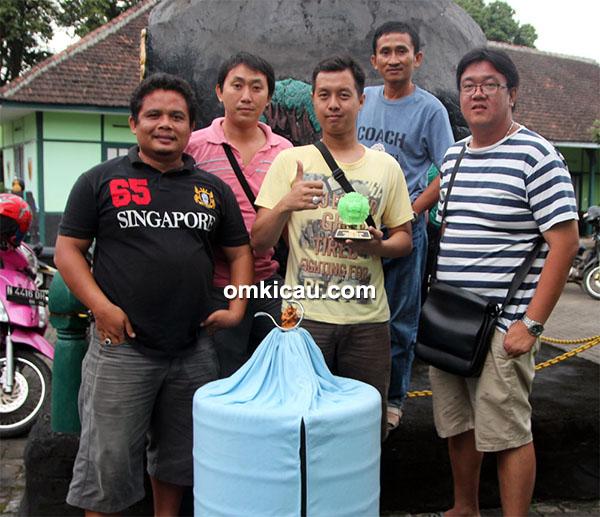 Om Benny AP (kanan) bersama rekan-rekan setimnya.