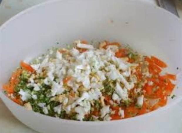 Campuran telur rebus, wortel dan brokoli sebagai pakan tambahan untuk parkit melewatkan masa mabungnya