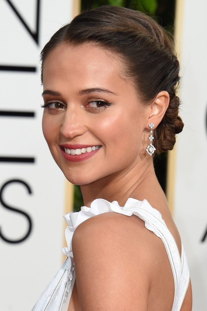 Alicia-Vikander-Vogue-11Jan16-Getty_b_1