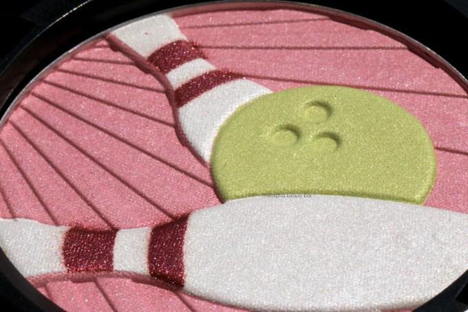 MAC Trophy Pearlmatte Face Powder macro 2