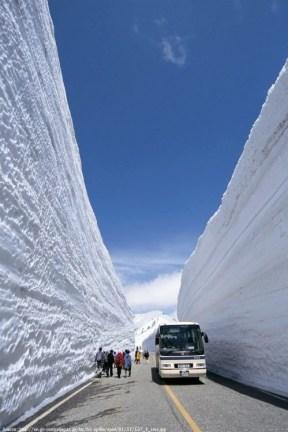 Busnya berjalan di antara 2 tebing salju!