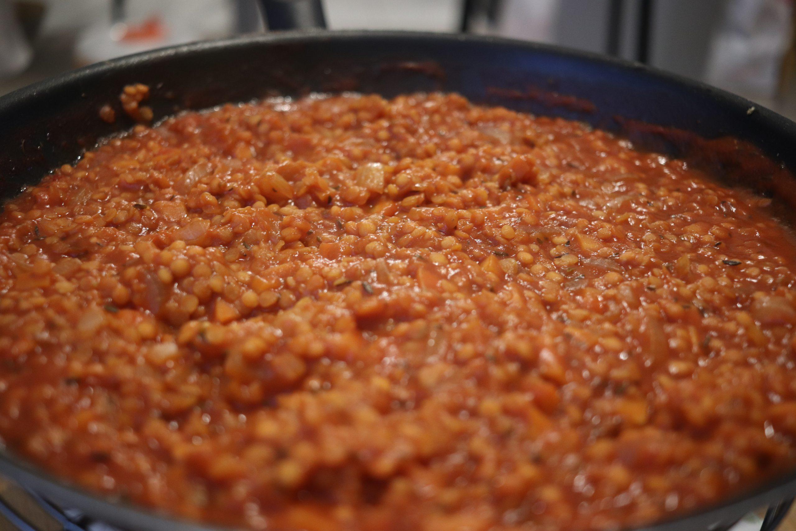 Sauce bolognaise aux lentilles corail dans une poêle