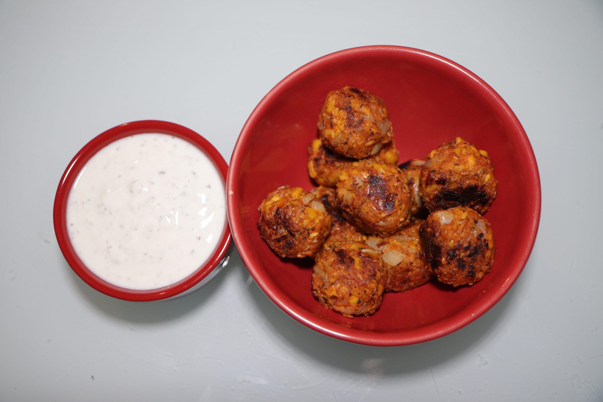 Bol de falafels de lupin au citron et à la menthe avec un ramequin de sauce au yaourt de soja