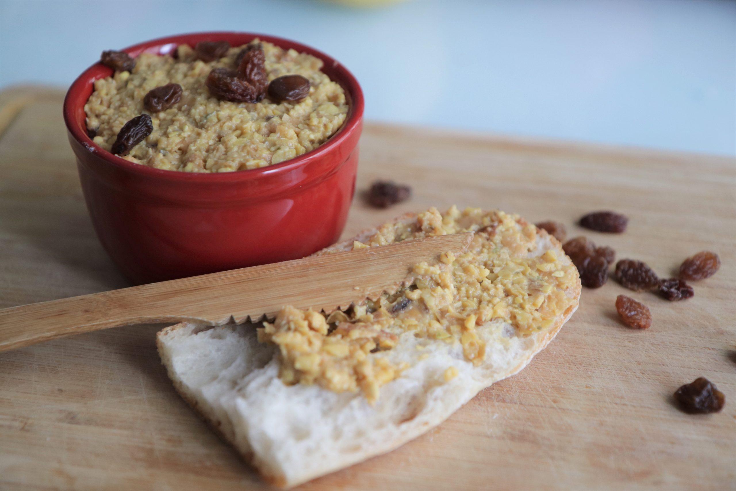 Pâté végétal aux lupins et raisins secs sur du pain