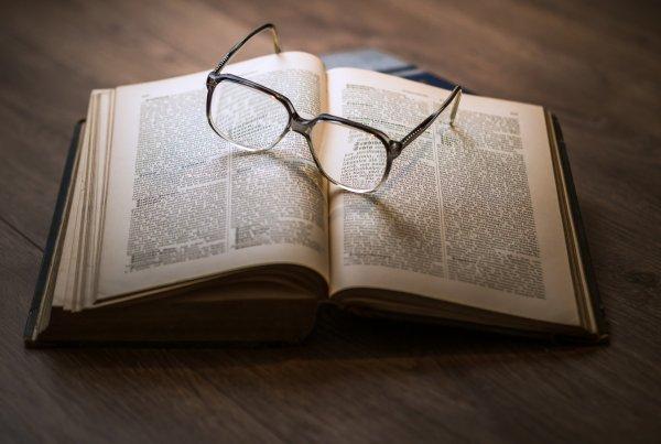 lunettes sur un livre