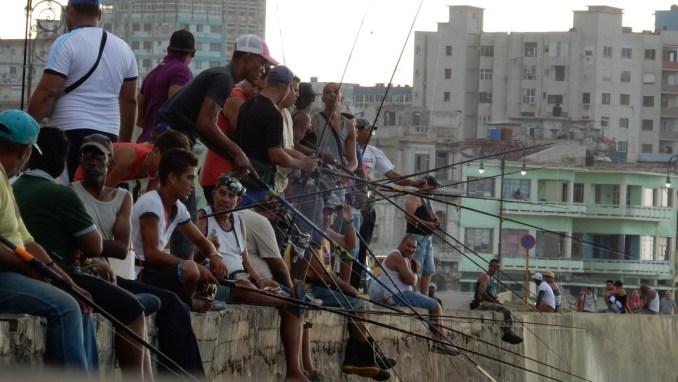 Havaneses pescam no Malecón