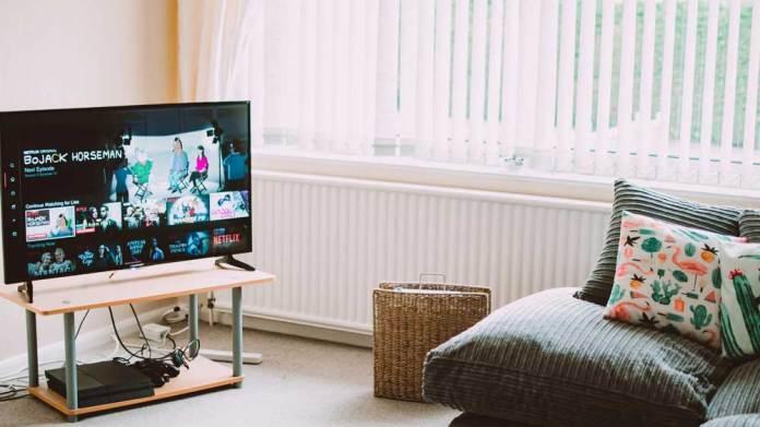赤ちゃんとテレビの距離が近いのは問題?視力の影響や対策方法は?