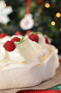 christmas-pavlova-wreath-recipe-berries-marcarpone-cream-easy-yogurt-eggs3