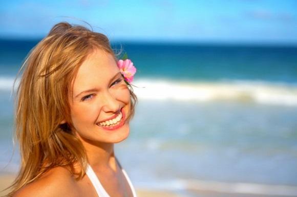 fashion-shot-of-a-beautiful-young-woman-on-the-beach--Yuri-Arcurs-1842067-1024x680