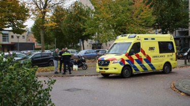 Automobilist rijdt achteruit en botst op brommer in Almere Stad