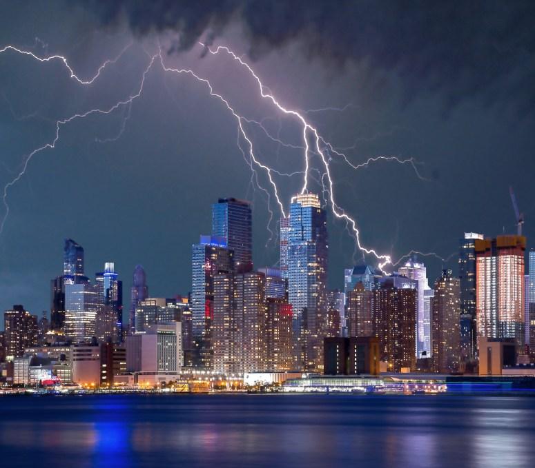 Laudo de SPDA: imagem de raios sobre cidade