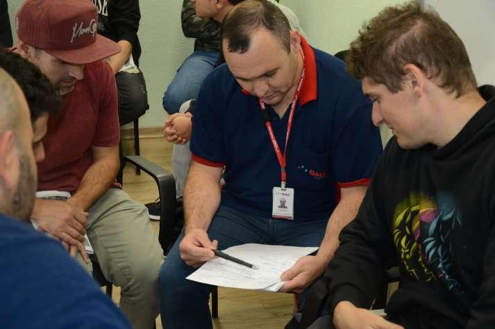 Treinamento NR-10 SEP: grupo da OMS Engennharia estudando no treinamento NR-10 SEP