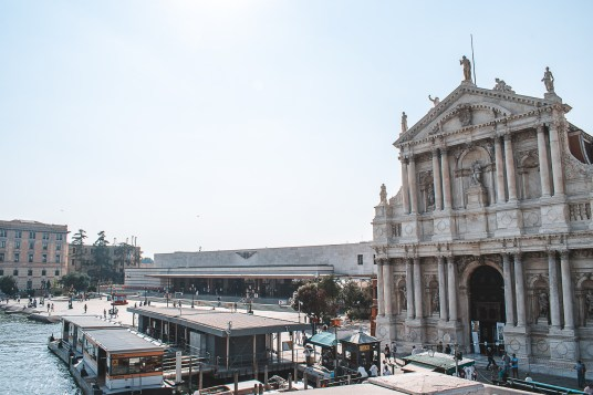 Chegar de trem em Veneza