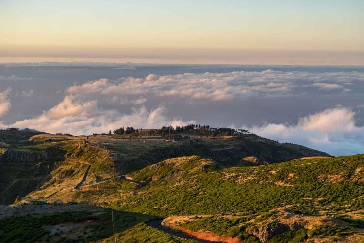 Blick auf Landschaft und Wolkenmeer vom Pico do Arieiro