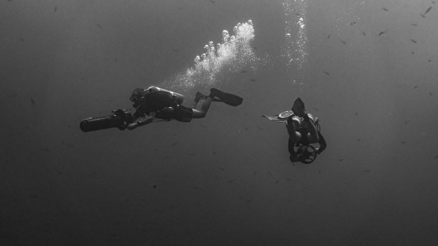 Taucher mit Unterwasserscooter