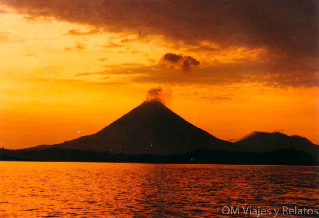 el-parque-nacional-del-volcán-Arenal-volcán-en-erupción