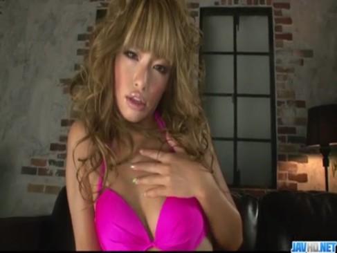 黒ギャル系AV女優のRUMIKAが極小水着姿で登場!カメラに笑顔を見せながらおまんこを弄るオナニー動画