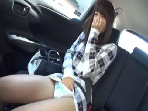 激カワ素人ギャルが走行中の車の中でオナニー!恥ずかしがりながらもおもちゃをおまんこに当ててるオ何ー動画