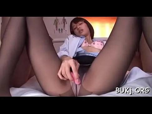 生徒のチンポを眺めながらおまんこを弄る淫乱な保健室の先生のオナニー動画無料