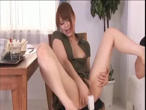 人気AV女優の吉沢明歩が朝からM字開脚でおまんこを弄って絶頂するオナニー動画