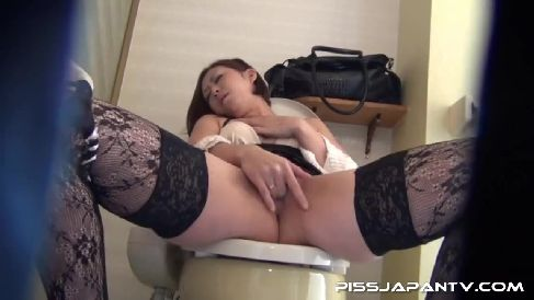むっちり熟女の美人妻がトイレでおまんこに指を突っ込み白濁液が溢れ出す高画質な無修正オナニー動画