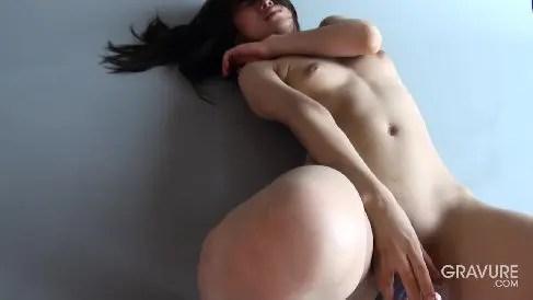 モデル体型な美女が全裸でディルドをおまんこに挿入しクリを弄りながら悶える無修正オナニー動画