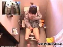 トイレで素人ギャルの本気オナニーしてたオな二ー動画