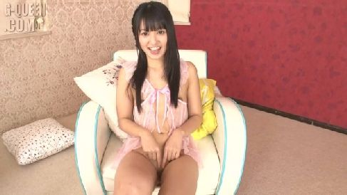 パイパンなロリ美女がおまんこにビーカーを挿入し膣内丸見えな無修正オナニー動画