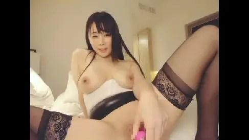 巨乳な色白の美女がライブチャット配信でバイブをおまんこに挿入し腰をビクビクと痙攣させながら昇天していくオナニー動画