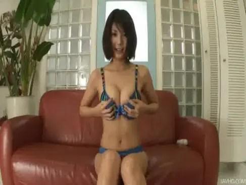 人気AV女優の春咲あずみが自前の水着姿で登場!カメラに向かって巨乳やおまんこを披露してるオナニー動画