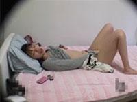 若い女の子がオナニーに夢中になっている姿の盗撮に成功!